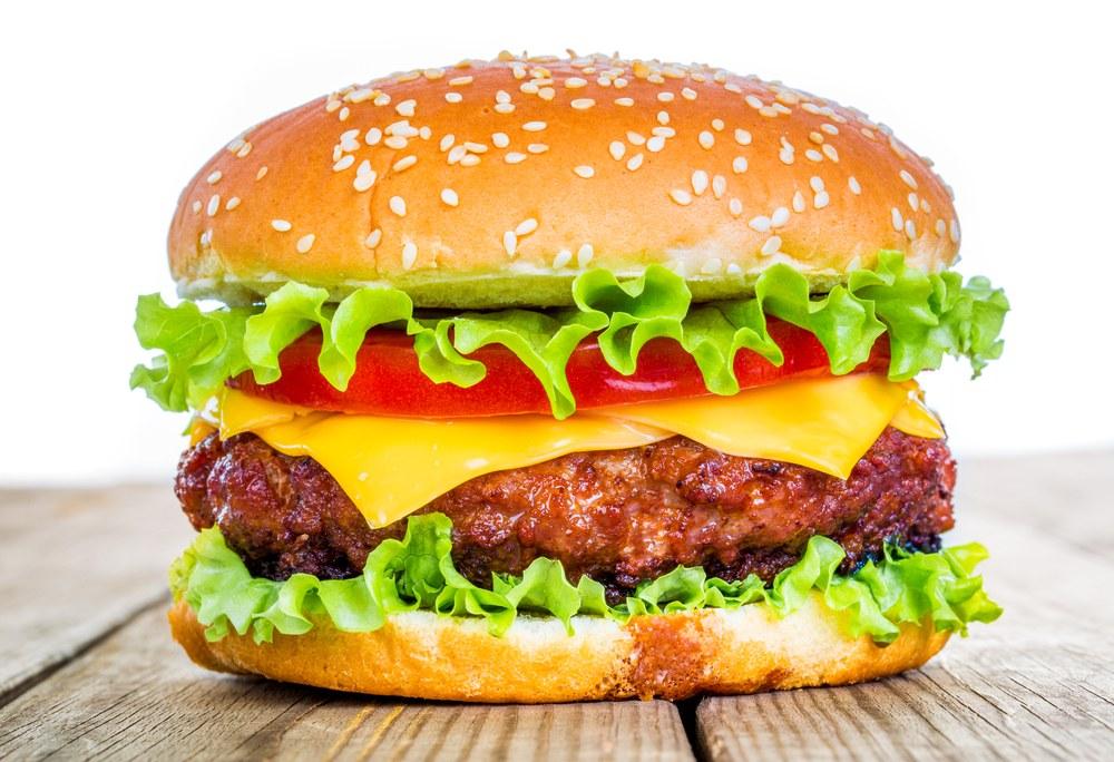 hamburger di carne con pomodoro, insalata e cheddar