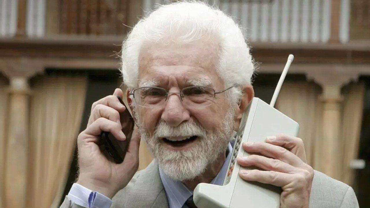 Buon compleanno, il telefono compie 45 anni Video